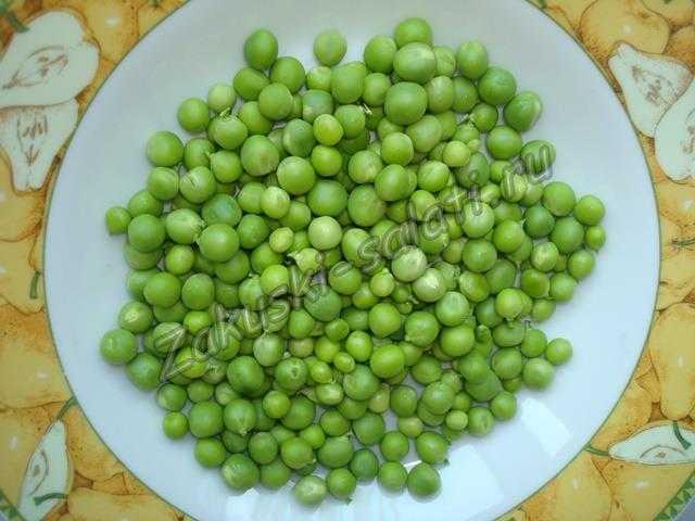 очищаем горох для салата с зеленым горошком
