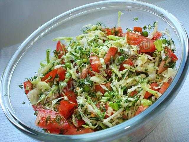заправляем и перемешиваем салат с зеленым горошком