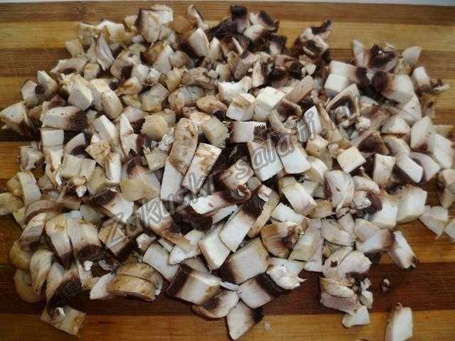 Режем мелко грибы