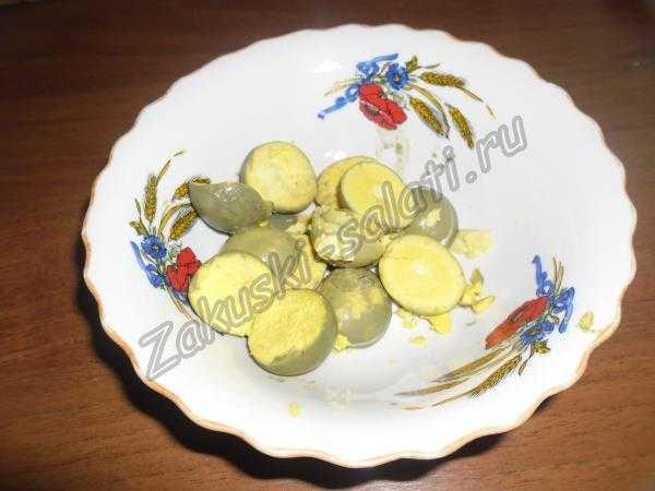 отделенные желтки кладем в миску