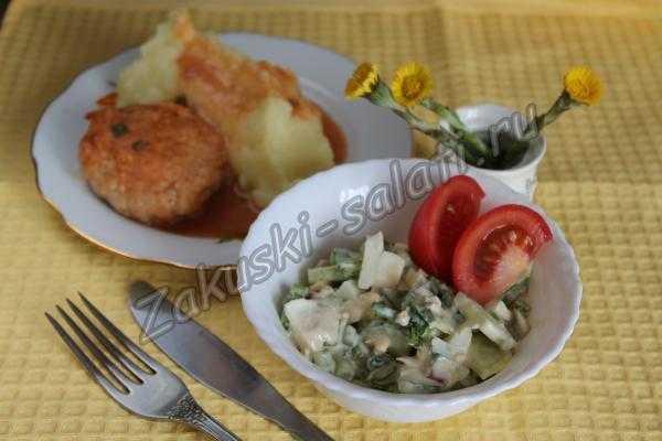 Салат с зеленой черемшой готов