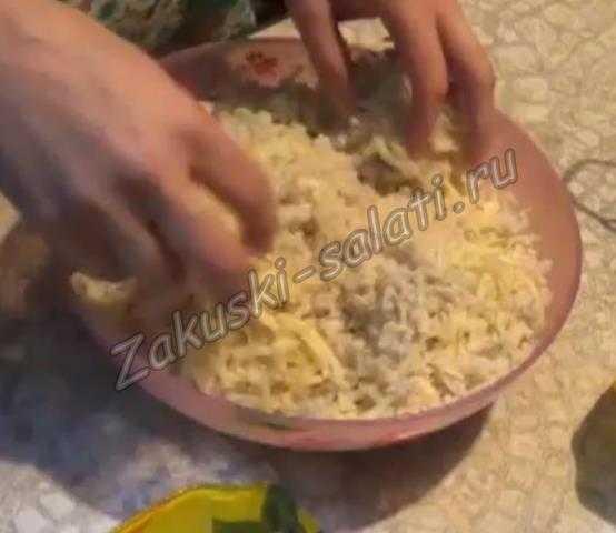 Перемешиваем рыбу с сыром