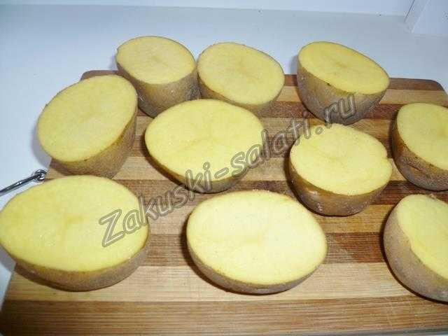 Молодой картофель разрезаем на половинки