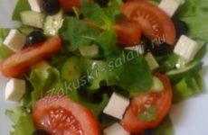 Легкий овощной салат с брынзой, помидорами и огурцами