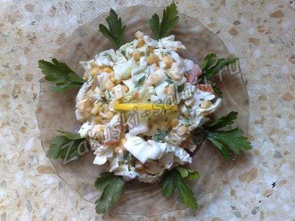 салат из пекинской капусты с помидором и кукурузой