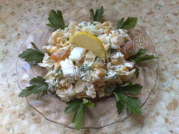 салат из капусты с помидором и кукурузой
