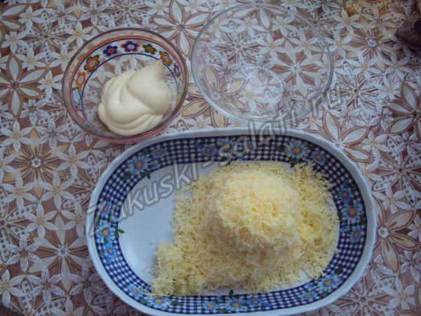 натираем на терке сыр с чесноком