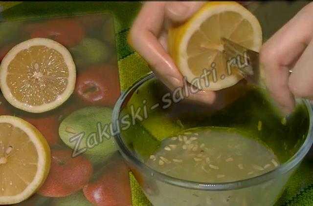 Выжимаем из лимона сок