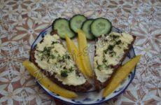 Сыр с чесноком — пикантная закуска для пикника