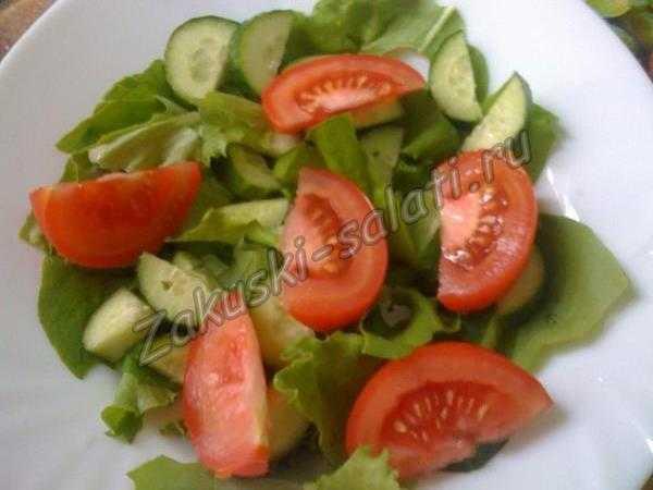 Нарезаем дольками помидоры