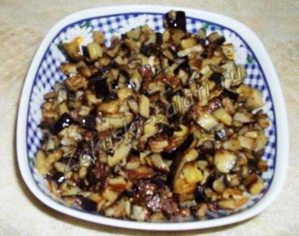 Выкладываем баклажаны в салатник