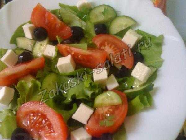 Салат из помидоров и брынзы готов