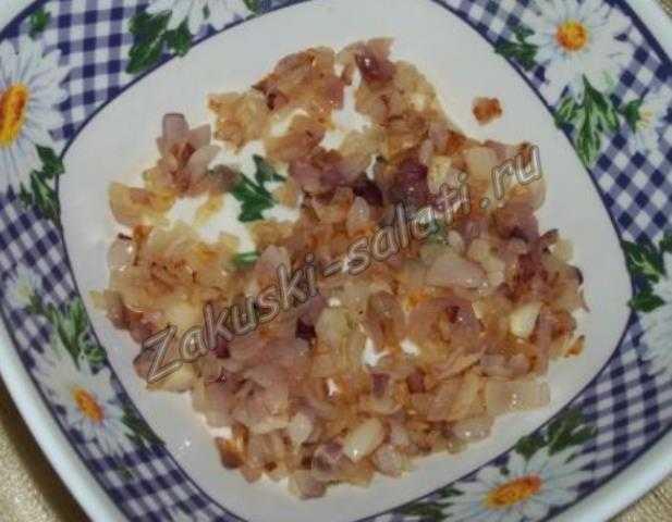 Выкладываем лук в салатник