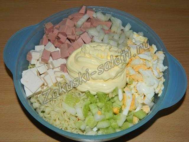 Складываем все продукты в миску