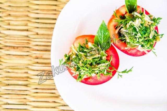 Свежие помидоры фаршированные зеленью и чесноком
