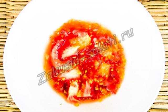 Мякоть помидор выкладываем в отдельную тарелку