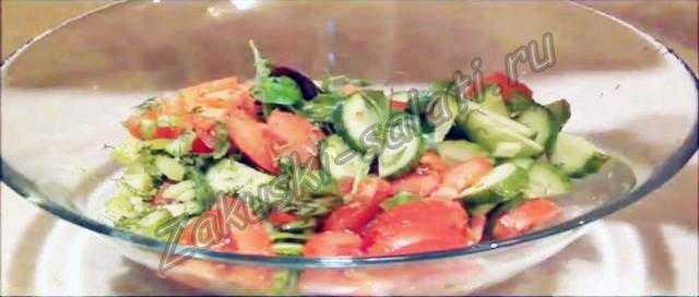 салат с руколой и помидорами и моцареллой