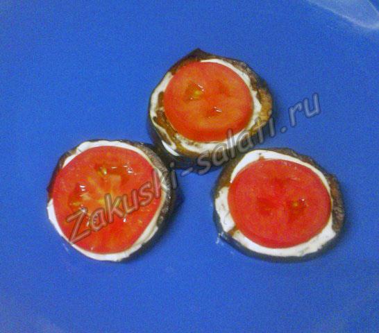 Сверху кладем кольца помидор