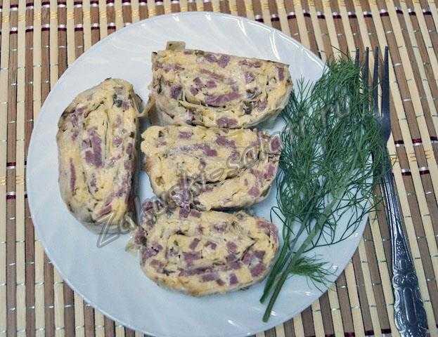 Нарезаем рулет из лаваша с сыром и ветчиной