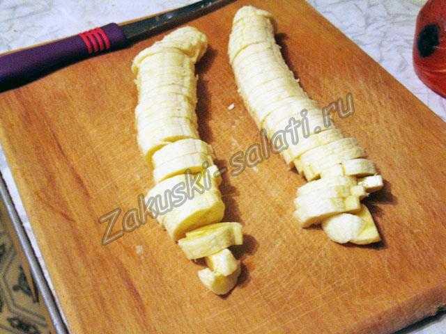 Режем банан для салата из фруктов
