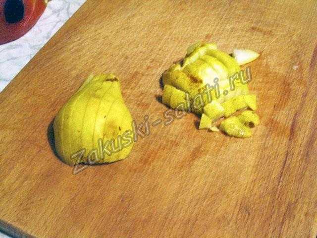 Режем груши для салата из фруктов