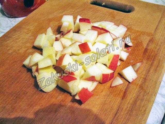 Режем яблоки для салата из фруктов
