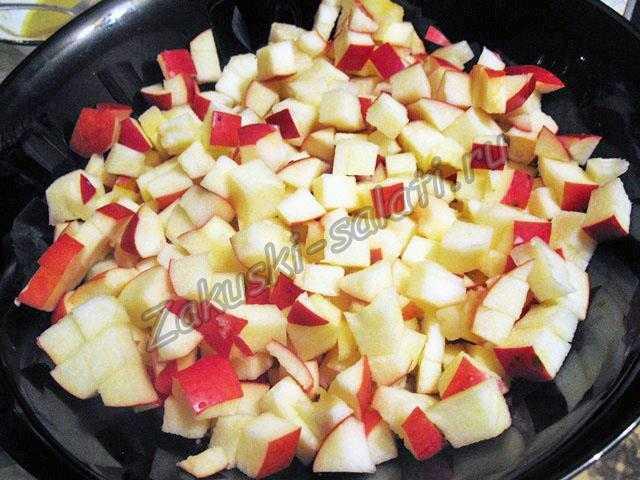 Нарезанные фрукты кладем в салатник