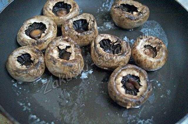 Поджариваем шляпки грибов
