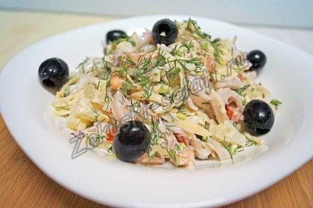 салат с кальмарами и помидорами