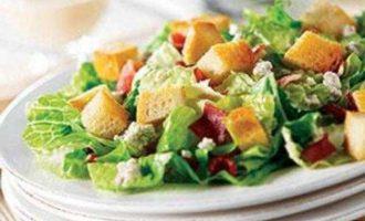 Салат с беконом, пармезаном и сухариками