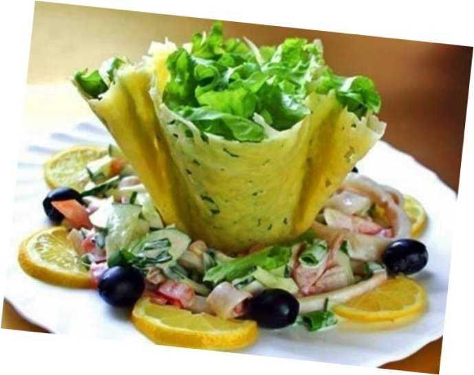 Салат в сырных тарелочках