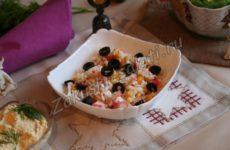 Салат из крабовых палочек, рисом и кукурузой
