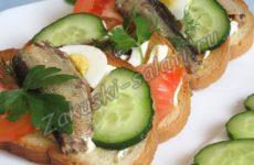 Гренки из белого хлеба со шпротами и овощами