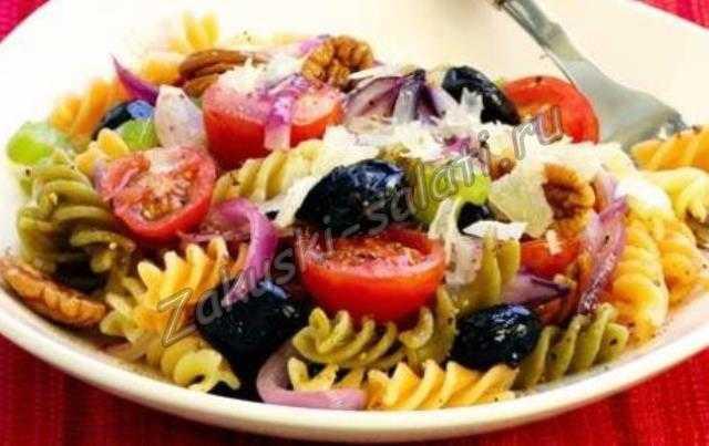 Теплый салат с макаронами