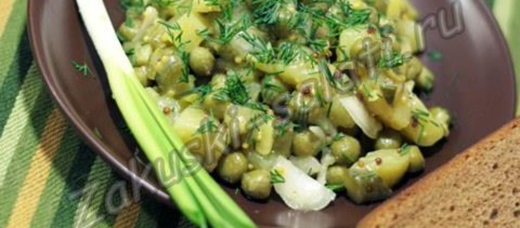 Постный картофельный салат с солеными огурцами
