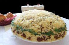 Слоеный салат с копченой курицей и сухариками