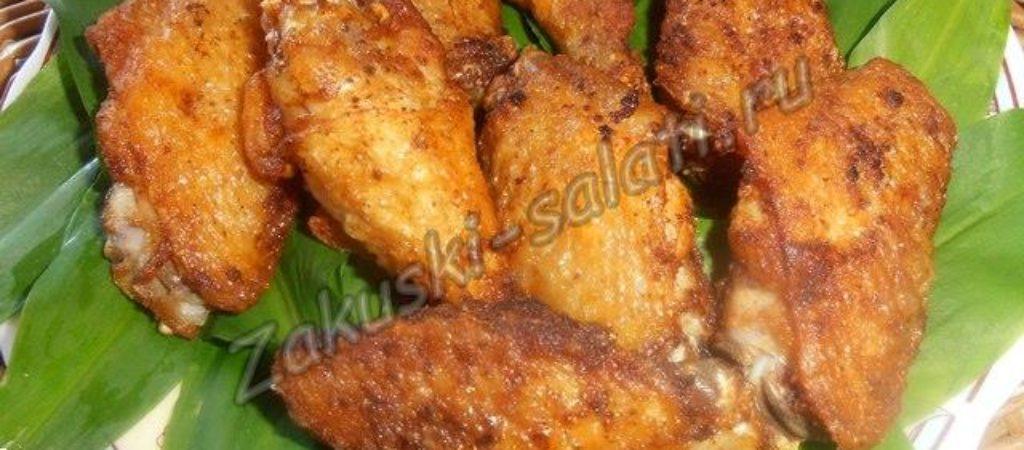 Аппетитные жареные куриные крылышки к пиву