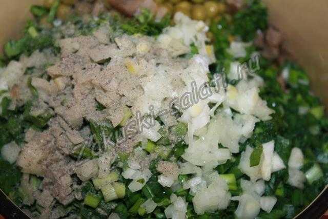 режем лук и зелень
