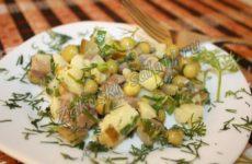 Постный картофельный салат с зеленым горошком