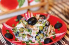 Салат с копченой курицей и оливками