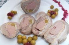 Рецепт мясного рулета с омлетом и сосиской