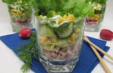 Весенний салат с куриной грудкой, кукурузой и свежими овощами