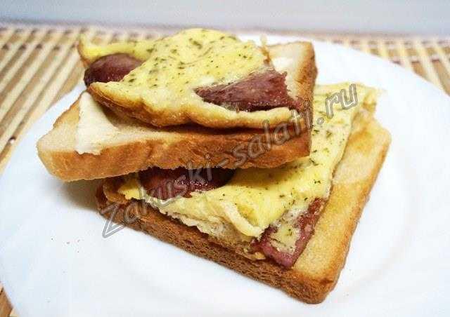 тосты с яичницей и колбасой