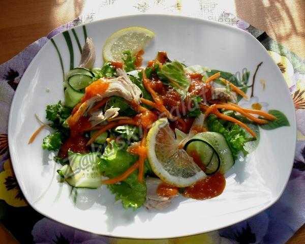 салат с курицей и свежими овощами