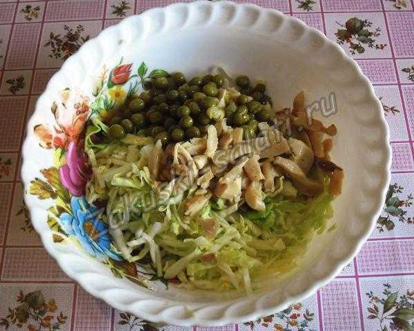 добавляем грибы и горошек