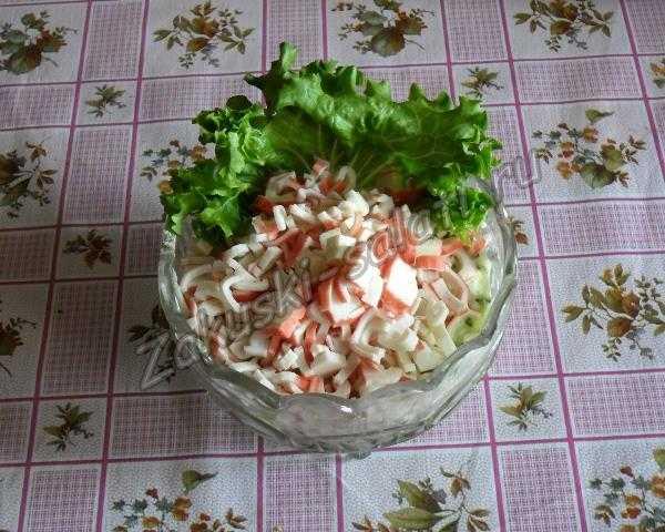 добавляем салат и палочки