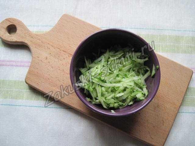 измельчаем салат и огурцы