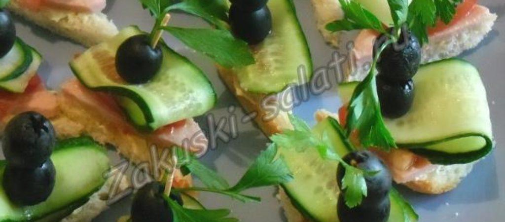 Канапе с колбасой, огурцом и маслинами