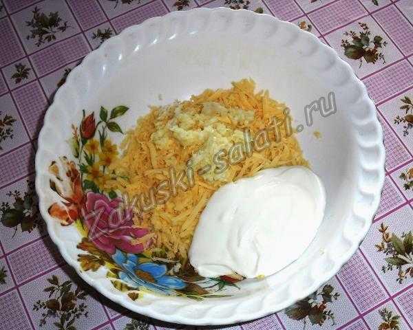 смешиваем сыр чеснок и майонез