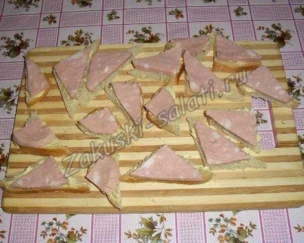 колбасу кладем на смазанный хлеб